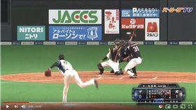 ▲火腿吉田侑樹的暴投球吉中打者球棒變成界外球。(圖/翻攝自太平洋聯盟TV)
