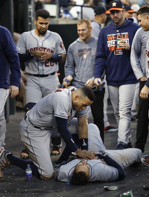 Carlos Correa作勢幫George Springer CPR慶祝擊出全壘打。(圖/美聯社/達志影像)