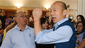 韓國瑜赴議會市政總質詢高雄市長韓國瑜(前右)28日到議會進行市政總質詢,接受媒體聯訪後,向媒體拱手致意,隨即進入議場。中央社記者董俊志攝 108年5月28日