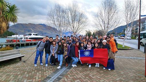 486先生,紐西蘭員工旅遊高舉國旗(圖/翻攝自486先生臉書粉絲專頁)