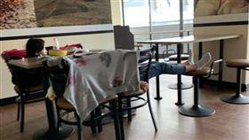 學生睡超商還搭遮陽棚。(圖/翻攝自爆料公社)