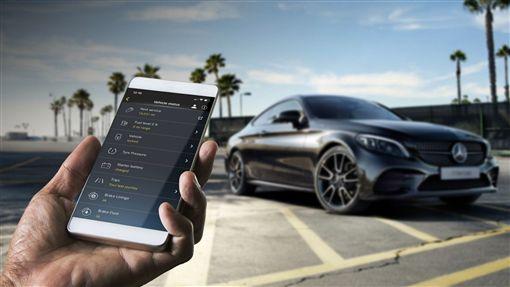 ▲Mercedes me connect互聯數位服務功能及智慧駕駛輔助套件。(圖/Mercedes-Benz提供)