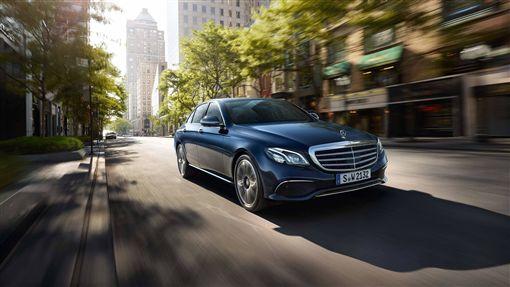 ▲E-Class 將未來車輛與環境、駕駛人的密切互動,提早在當代實現。(圖/Mercedes-Benz提供)