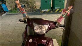 出發前問路!迷路妹上機車毛炸 學長超熱心「後照鏡綁2娃」:幫妳引路(圖/爆怨公社)