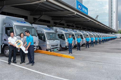 總統蔡英文30日下午參訪「新竹物流公司」三重營業所。(圖/總統府提供)