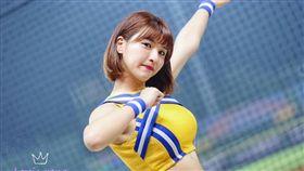 中華職棒球季開打,峮峮穿著新制服回歸球場。(圖/翻攝自峮峮粉絲團)