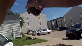 他囂張嗆警「射我啊」 開了1槍挑釁...反遭31槍當場擊斃(圖/youtube)