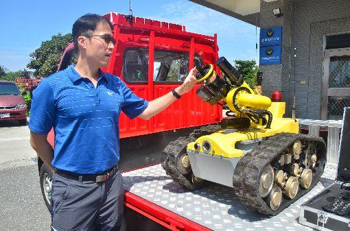 國內首部消防機器人亮相(2)國內第一個消防機器人31日亮相,造型像履帶車輛,可連續工作8小時,將來主要任務是布署在台東南迴公路草埔隧道救災。中央社記者盧太城台東攝  108年5月31日