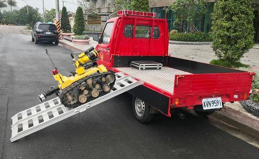 國內首部消防機器人亮相(3)國內第一個消防機器人31日亮相,消防砲塔噴水射程最遠65公尺,可連續工作8小時,還有自動降溫功能,面對隧道或其他嚴峻場所救災,可在狀況不明時先進入災害現場將資訊傳回。(消防局提供)中央社記者盧太城台東傳真  108年5月31日