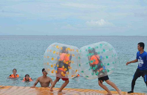 澎湖首屆燕魟盃SUP競速賽登場(1)澎湖首屆燕魟盃SUP競速賽1日在馬公(山時)裡海水浴場登場,現場進行泡泡球競賽,氣氛歡樂有趣。中央社 108年6月1日