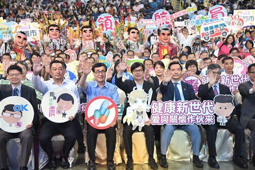 行政院副院長1日下午出席高雄巨蛋席「拒毒健康世代、愛與關懷作伙來」反毒博覽會。(圖/翻攝陳其邁臉書)