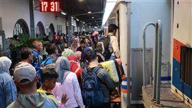 火車是印尼民眾最愛的返鄉工具因航空票價調漲,火車成為印尼民眾開齋節返鄉的最愛,估計今年搭乘的民眾比往年增加3成。中央社記者石秀娟雅加達攝  108年6月1日