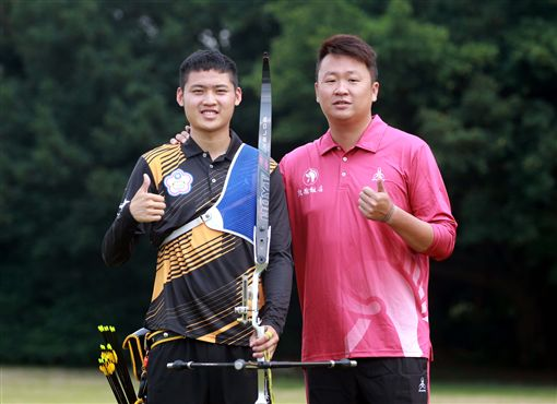 ▲湯智鈞與劉展明教練。(圖/中華企業射箭聯盟提供)