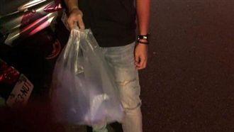 男友提塑膠袋送花 她笑翻:鋼鐵直男