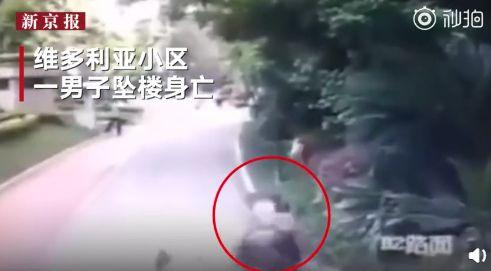 驚恐畫面曝光!他墜樓輕生砸中2路人 幼童當場被壓死(圖/翻攝自紅星視頻) ID-1953871