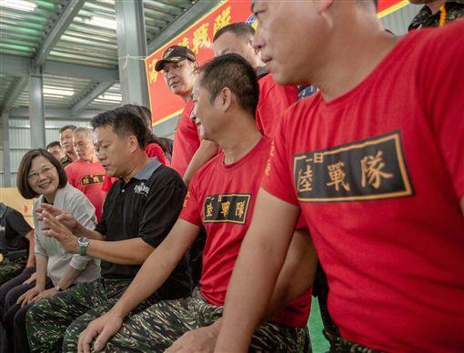 蔡英文總統2日赴彰化社的海軍陸戰隊益祥織襪廠參觀。(圖/翻攝蔡英文臉書)