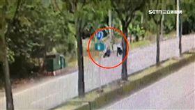 騎車起口角 男當街失控將女友壓制在地