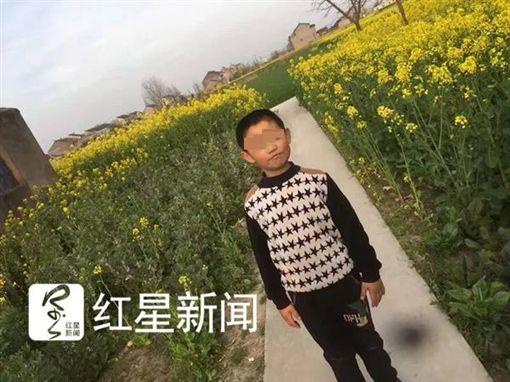 偷跑出去玩…弄丟手機 他回家被媽「針扎腳底板」 隔天慘死(圖/翻攝自紅星新聞)