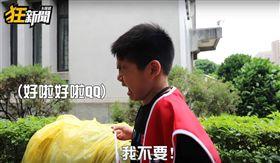 韓國瑜昨(1)日在凱達格蘭大道舉辦造勢大會,現場宣稱湧入40萬名身穿紅衣的「韓粉」。而新聞評論類影片平台《卡提諾狂新聞》,直擊韓國瑜的誓師大會,沒想到一名弟弟受訪聽到「韓國瑜凍蒜」時,竟突然崩潰大哭。影片曝光後,掀起網友熱議,紛紛直喊:「小孩不會說謊的,果然是國家棟樑!」(圖/翻攝自YT《卡提諾狂新聞》)