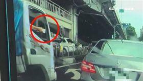小貨車猛違規 檳榔渣菸蒂甩窗外砸車