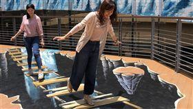 北捷中山地下街3D彩繪成打卡熱點台北捷運公司以「川流不息」為題,邀請3D彩繪藝術家在中山地下街爵士廣場繪製瀑布與地景,成為熱門拍照打卡點。(台北捷運公司提供)中央社記者陳怡璇傳真  108年6月2日