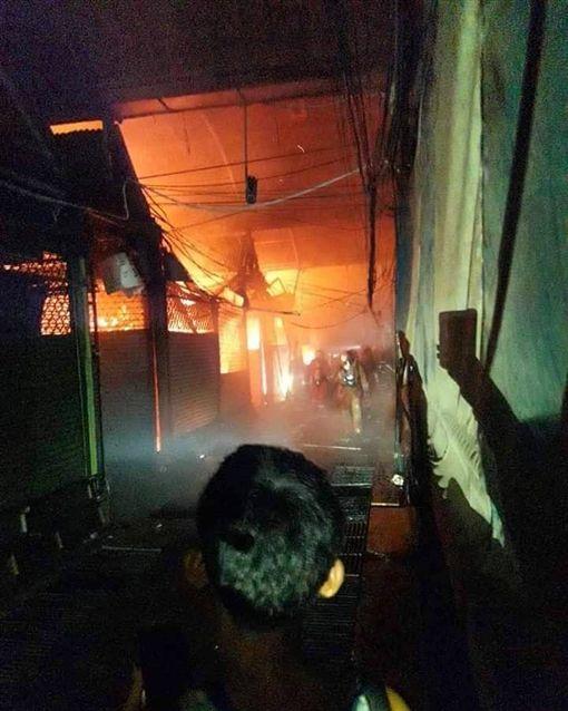 驚!泰國恰圖恰市集爆發大火 火光衝天逾30店鋪被燒毀圖/翻攝自IG
