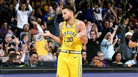 NBA/龍迷哭!柯瑞關鍵一傳走步了 NBA,季後賽,金州勇士,Stephen Curry,走步,多倫多暴龍 翻攝自推特