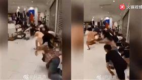 (圖/翻攝自騰訊影音)中國,UNIQLO,KAWS,聯名,瘋搶,喪屍