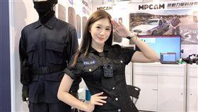 迷你裙女警被搜出原來是專業Showgirl。(圖/翻攝自Little ChunLi 兇狠小春麗.鈞君)