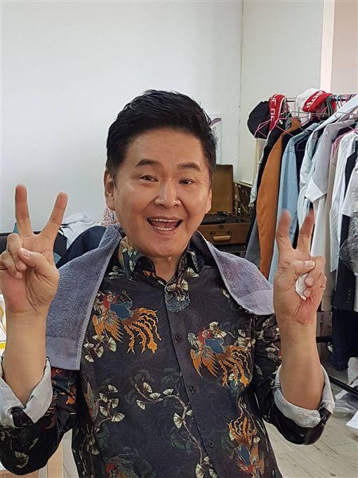 髮型師王佳雯透露最後一次為賀一航剪髮情形。(圖/翻攝自賀一航臉書)
