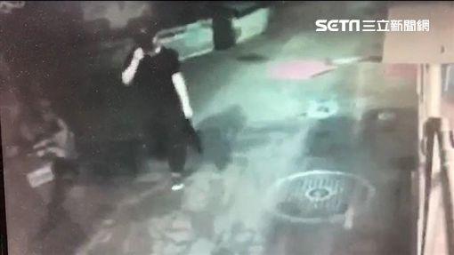 王男來到台北市萬華區閒晃,並持玩具槍及辣椒水洗劫女子(翻攝畫面)