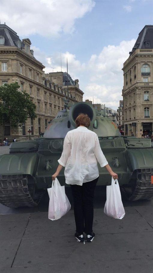法國反酷刑基督徒行動組織4日在共和國廣場(Place de la République)設置木板搭成的坦克,並準備兩個盛有重物的白色塑膠袋,供人一手各提一個,仿效天安門事件中,在大道上隻身阻擋坦克前進的「坦克人」。(圖/翻攝自ACAT France臉書)