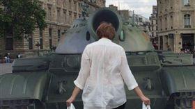 法國反酷刑基督徒行動組織4日在共和國廣場(Place de la République)設置木板搭成的坦克,並準備兩個盛有重物的白色塑膠袋,供人一手各提一個,仿效天安門事件中,在大道上隻身阻擋坦克前進的「坦克人」。(圖/翻攝自 ACAT France臉書)