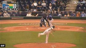 ▲突襲短打破壞無安打比賽,被認為是破壞棒球潛規則。(圖/翻攝自Minor League Baseball推特)