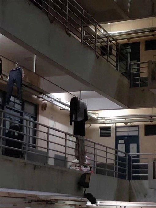 大學走廊驚見上吊女子。(圖/翻攝自微博)