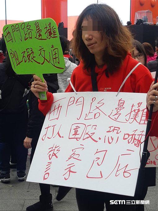 台北市西門町出現檢舉攤商上千次的鄭姓男子(讀者提供)