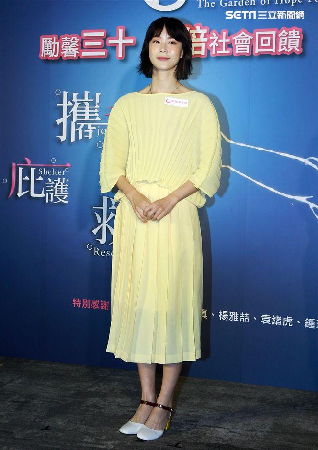 鍾瑤出席公益活動挑戰「30秒不眨眼」。(記者邱榮吉/攝影)