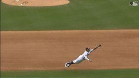 ▲馬查多(Manny Machado)飛在空中沒收安打。(圖/翻攝自MLB官網)