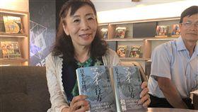 日本作家出書還原牡丹社事件(1)日本作家平野久美子(左)花4年時間,在日本和屏東牡丹鄉訪調「牡丹社事件」,完成「牡丹社事件‧MABUI的行方-日本與台灣,各自的和解」一書,她31日向台灣人介紹這本書。中央社記者郭芷瑄攝  108年5月31日