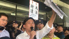 黃國昌赴屏縣府抗議枋寮雞場 警方舉牌