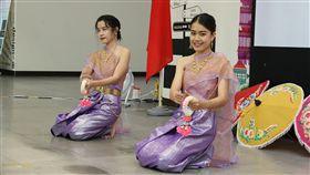 興大泰國日 體驗活動促進文化交流國立中興大學6日舉辦泰國文化體驗日活動,活動內容包含簡易泰語教學、文物景點介紹、泰式料理體驗、泰國傳統服飾試穿等項。圖為學生表演泰國傳統舞蹈。(中興大學提供)中央社記者趙麗妍傳真 108年6月6日