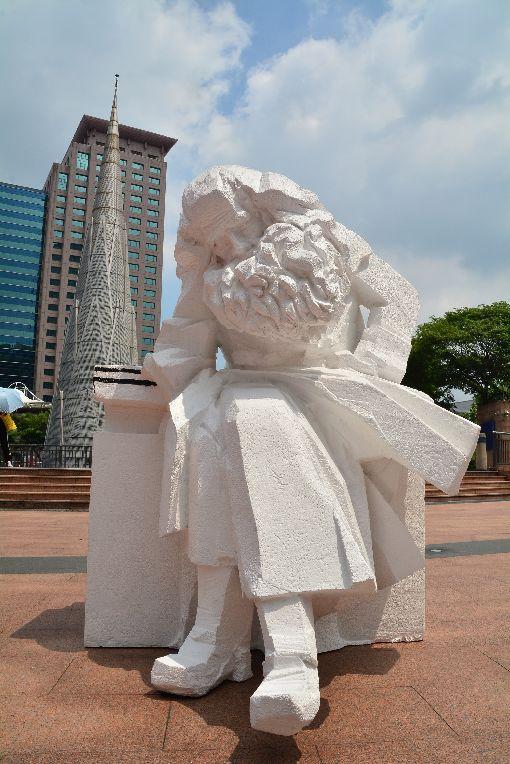 朱銘人間系列科學家作品新北展出(1)2019年新北市美力活動6月開跑,今年特別將雕塑大師朱銘5件「人間系列–科學家」作品移至市民廣場展出。圖為展出的雕塑作品之一「達文西」。中央社記者黃旭昇新北市攝 108年6月6日