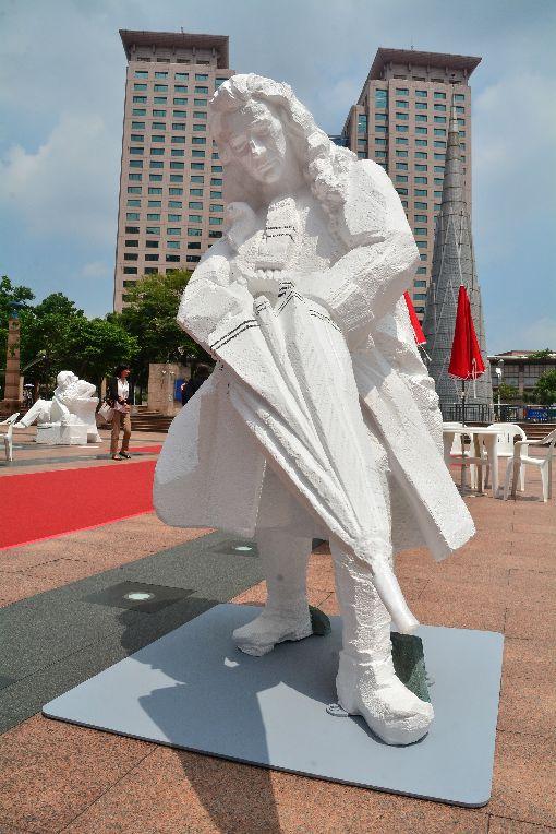 朱銘人間系列科學家新北展出 牛頓塑像吸睛新北市市民廣場6日起展出藝術家朱銘的「人間系列–科學家」雕塑作品,手持雨傘的牛頓塑像,身軀後傾增加體積感,向前的左腳增添動態,與雨傘的方向構成空間向度。中央社記者黃旭昇新北市攝 108年6月6日