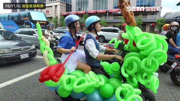 在西門町划龍舟?氣球達人「騎神龍」載正妹兜風圖/造型氣球柯男授權提供