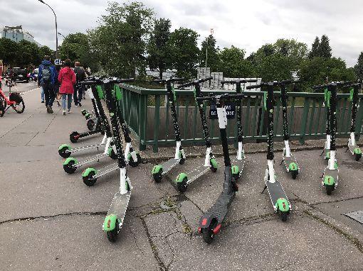 巴黎電動滑板車惹事故 民怨逼市府出手管電動滑板車去年夏天進駐巴黎,很快成為受歡迎的代步工具,但一年來發生多起事故,又占用公共空間,在修法前,巴黎市政府決定先採緊急規範。中央社記者曾依璇巴黎攝 108年6月7日