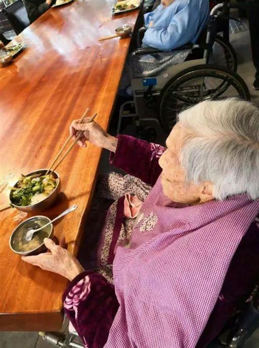 百歲人瑞養老院亡 死前束帶綁床7天(圖/翻攝自陸網)