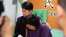 黃國章母親客串演出國際橋牌社(1)台灣政治職人劇「國際橋牌社」8日拍攝「黃國章事件」,並邀當事人「黃媽媽」陳碧娥(右)客串演出,她哭喊「還我兒子命來」時,演員唐從聖(左)也忍不住鼻酸。(馬克吐溫國際影像公司提供)中央社記者江佩凌傳真 108年6月8日