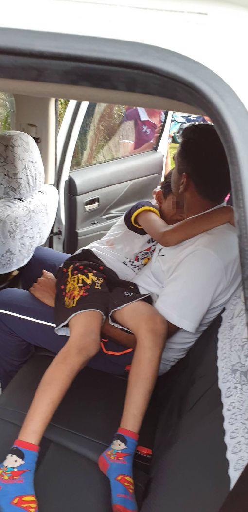 印度男童嘉義受傷 台灣警方接駁送醫一名印度男童8日在嘉義縣二延平步道不慎跌倒,頭部受傷,由警方開巡邏車接駁下山送醫,經包紮治療後,幸無大礙。(警方提供)中央社記者江俊亮傳真 108年6月9日