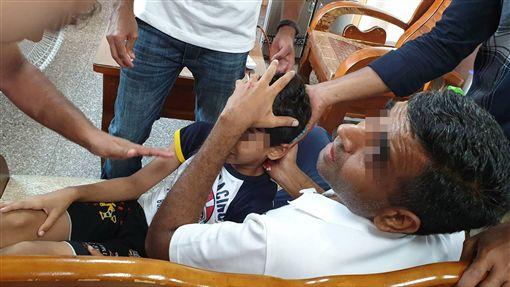 印度男童欣賞落日受傷 家屬向台灣警方求援一名印度男童8日在嘉義縣二延平步道欣賞落日美景時不慎跌倒,頭部受傷,男童的家人心急如焚,於是到派出所求援,並透過導遊翻譯,請求警方協助。(警方提供)中央社記者江俊亮傳真 108年6月9日