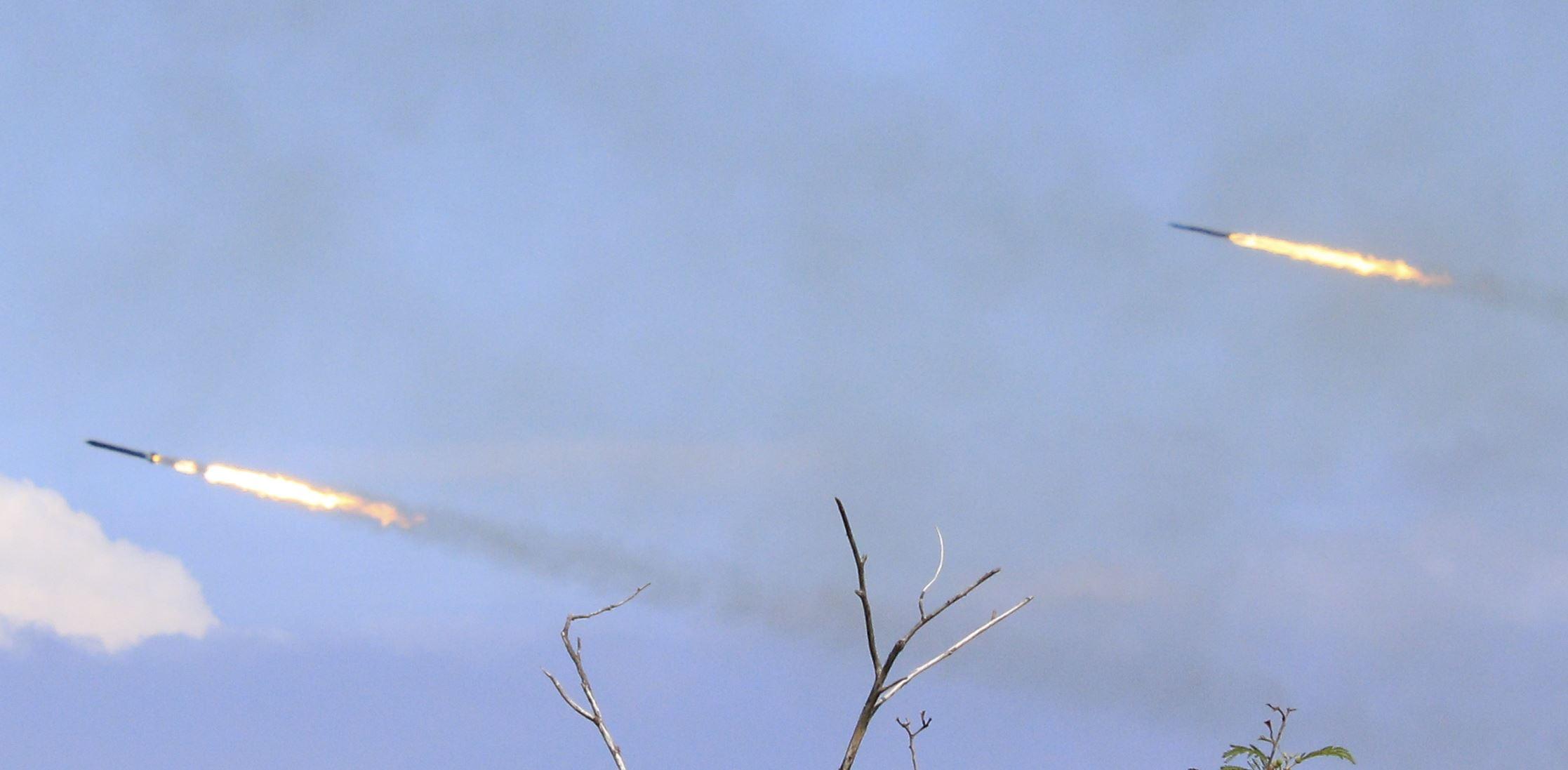 漢光卅五號演習於屏東滿豐射擊場實施,圖為雷霆2000多管火箭。〔記者林士傑/屏東拍攝〕